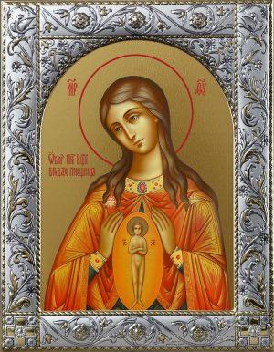 В родах Помощница икона Божией Матери в окладе